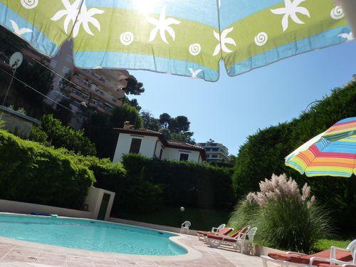 Sous le parasol bleu et vert, Lola...
