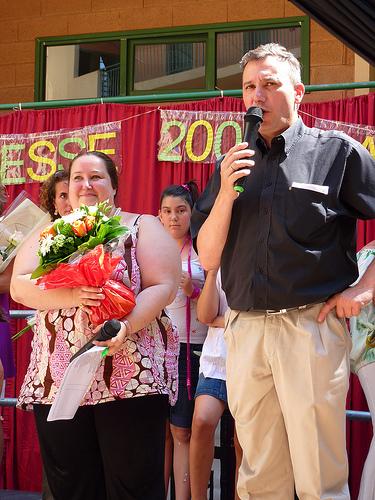 Remise d'un bouquet pour Lola par Monsieur le Directeur!!! Ooooh!!!